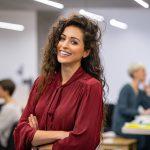 succesvolle-casuel-business-vrouw-op-kantoor