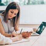 vrouwen-schrijven-laptop-overleg