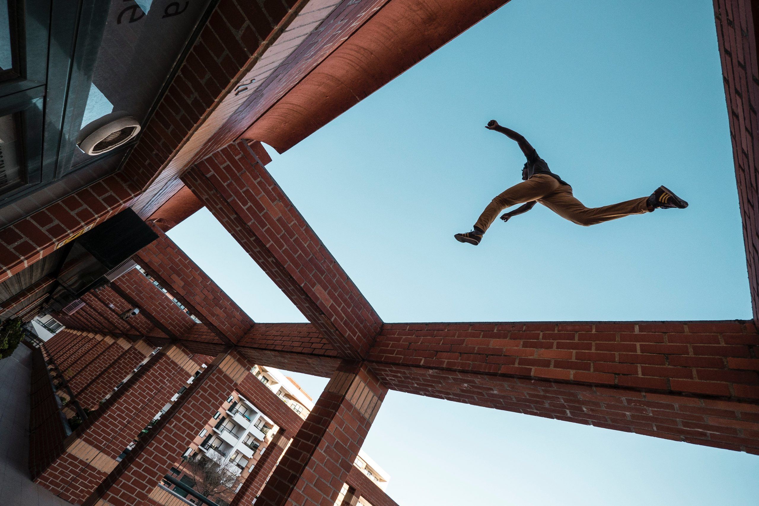 man-die-buiten-over-een-obstakel-springt